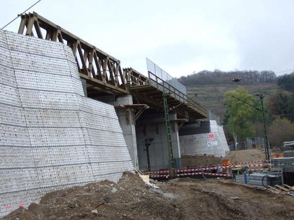 Модульные бетонные блоки для применения в системе подпорных стен tensar