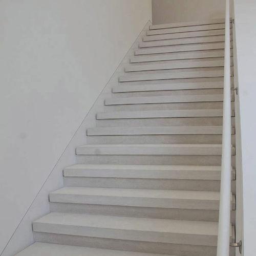 прямая лестница / с каменными ступеньками / с подступенком / современная