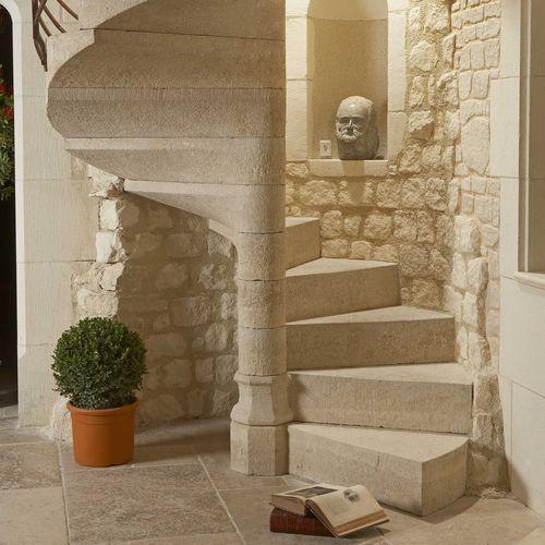 винтовая лестница / с каменными ступеньками / с подступенком / традиционная