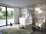 белая детская комната / для младенца