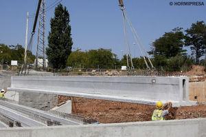 балка из предварительно напряженного бетона / из предварительно подготовленного бетона / Т-образная / для пола