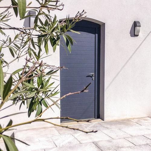 входная дверь / створчатая / из алюминия / для обеспечения безопасности
