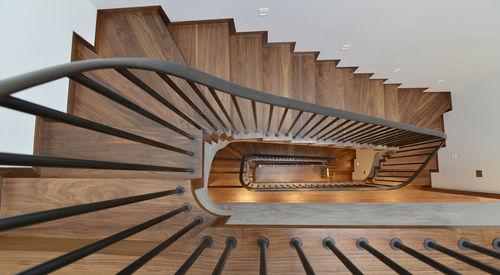 прямая лестница / в четверть оборота / полуповоротная / стальная конструкция