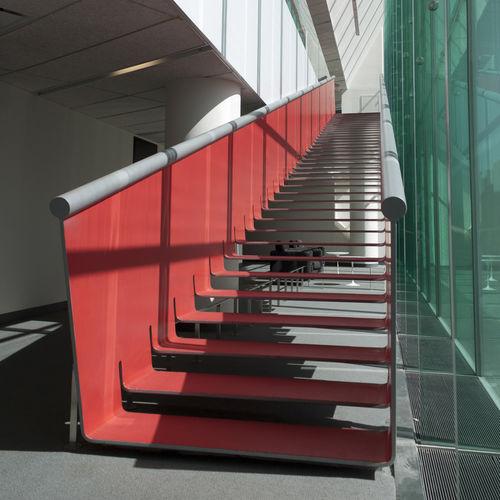 прямая лестница / металлическая конструкция / с металлическими ступеньками / без подступенка