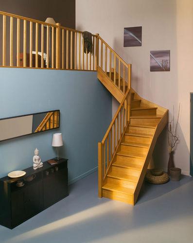 лестница в четверть оборота / деревянная конструкция / с деревянными ступеньками / с подступенком