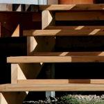 прямая лестница / деревянная конструкция / с деревянными ступеньками / без подступенка